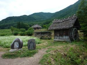 道祖神と水車小屋